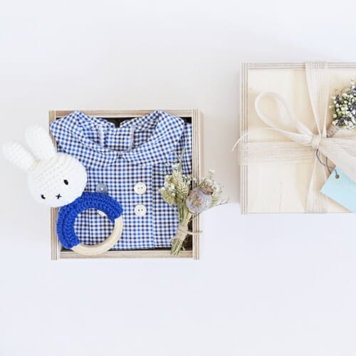Victoire & Lou gift box, delivered with flowers as a beautiful gift. The Welcome Baby Boy Gift Box Included in the box: Amaia Baby shirt (6 months) with a handmade rattle