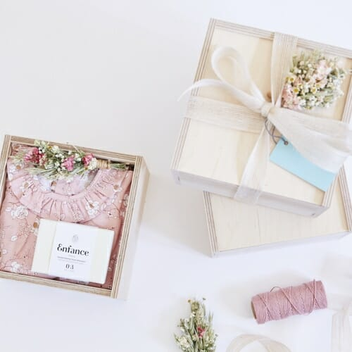 Victoire & Lou gift box, delivered with flowers as a beautiful gift. The Welcome Baby Girl Gift Box Included in the box: Amaia Baby shirt (6 months) with an Enfance Protective and organic Soothing Soap