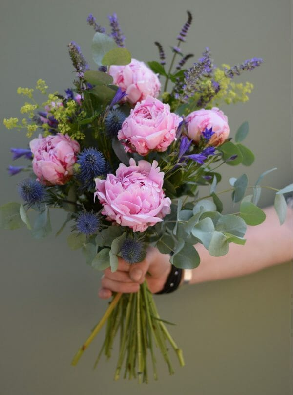 A photo showing a sample bouquet of a Handful flowers bunch Kensington flowers