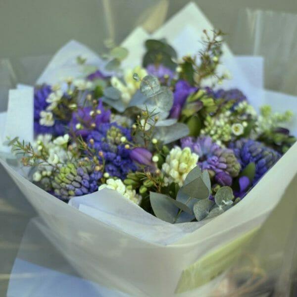 Photo showing a mixed colour scented bouquet en masse Kensington flowers